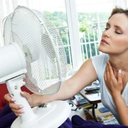 Mulher segurando ventilador
